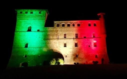 Il castello di Grinzane Cavour, nel 2020, illuminato dal tricolore grazie ad un progetto di Egea e Ardea