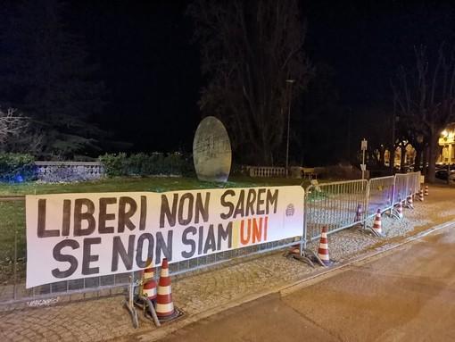 Nelle foto, gli striscioni affissi a Cuneo e Piobesi d'Alba
