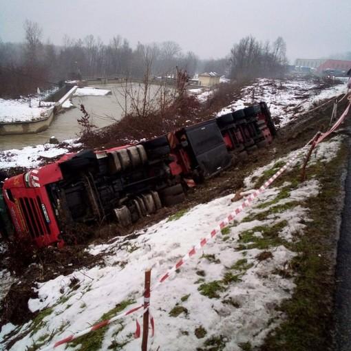 Mercoledì 6 gennaio chiude la provinciale 7 per il recupero del camion ribaltato a Verduno