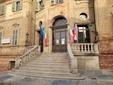 Le bandiere a mezz'asta davanti al comune di Bra