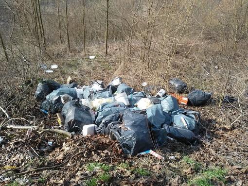 Ancora discariche abusive a Vezza d'Alba: rifiuti abbandonati in località Valrubiagno e Sanche