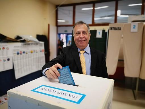 Il candidato a sindaco di Alba Giorgio Degiorgis ha votato