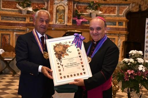 Il vescovo, monsignor Brunetti, col gran maestro roerino Carlo Rista (Foto Paolo Destefanis)