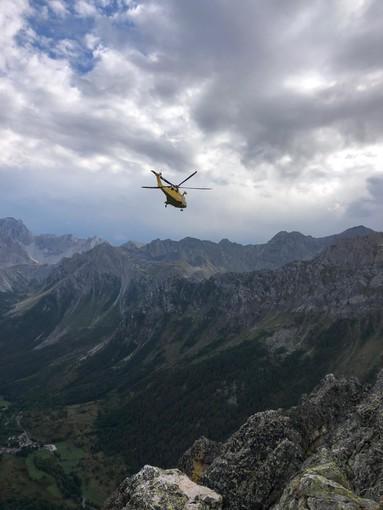 Si sente male durante un temporale in cima a Rocca Provenzale: alpinista soccorsa con l'eliambulanza in Val Maira