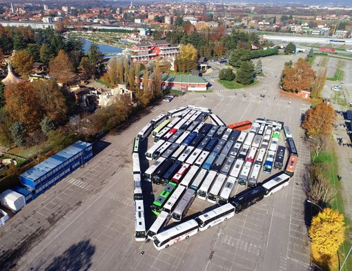 """I bus provenienti da tutta la Lombardia si sono dati appuntamento posizionandosi in formazione """"a cuore"""""""
