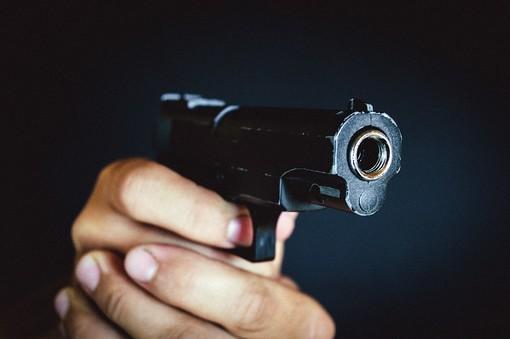 """""""La pistola è carica. Se vi intromettete ancora sparo a tutti"""": minacce ad un gruppo di minorenni, è a processo"""