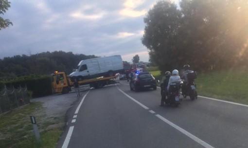 Traffico bloccato sulla Cuneo-Mondovì per un autocarro ribaltato
