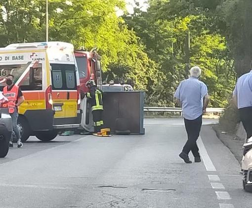 Si ribalta con il furgoncino e resta incastrato: vigili del fuoco al lavoro a Neive