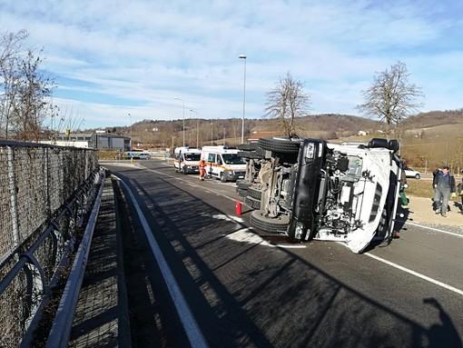 Autoarticolato si ribalta a Priero sulla provinciale 430: ferito il conducente