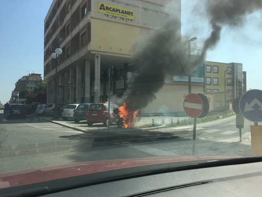 A fuoco uno scooter in corso Nizza a Cuneo. Le fiamme danneggiano anche una vettura (FOTO)