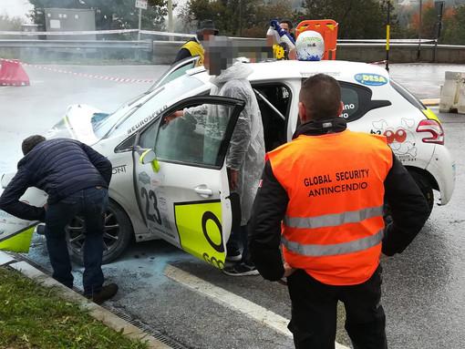 Incidente al Rally del Piemonte: auto esce fuori strada a Battifollo, ferito il navigatore