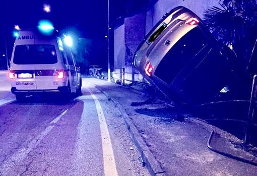 Auto fuoristrada, nella notte, a Barge: il conducente si allontana prima dell'arrivo dei soccorsi