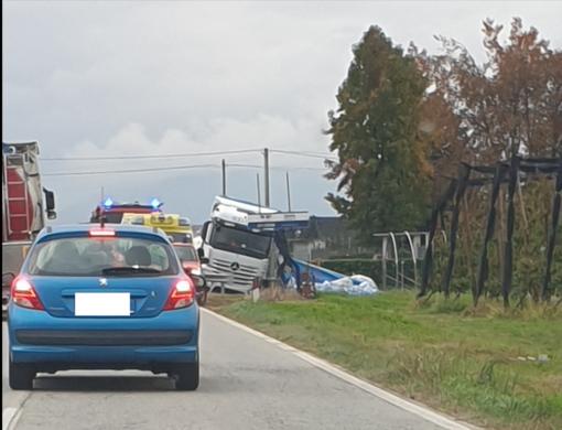 Camion si inclina a bordo carreggiata e perde il carico sulla Saluzzo-Savigliano: conducente trasportato in ospedale con eliambulanza
