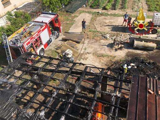 Vigili del fuoco spengono incendio a San Vitale di Busca: in fiamme la tettoia di un porticato