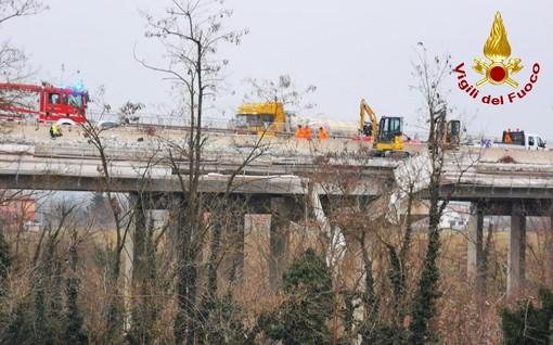 Crolla impalcatura di un cantiere. Due operai precipitano da un viadotto sull'A6 a Mondovì, sono gravi