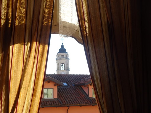 Il campanile dei Battuti Neri di Bra, visto dai Battuti Bianchi