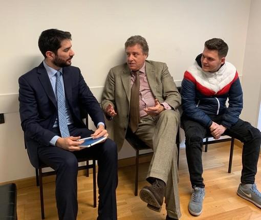 Incontro presso il Consolato italiano a Londra tra il console Diego Solinas, l'avvocato Enrico Martinetti e il giovane Leonardo Motera