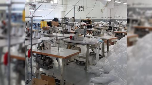 La Polizia scopre un centro illegale per produrre mascherine a Torino, operavano per conto di una ditta cuneese