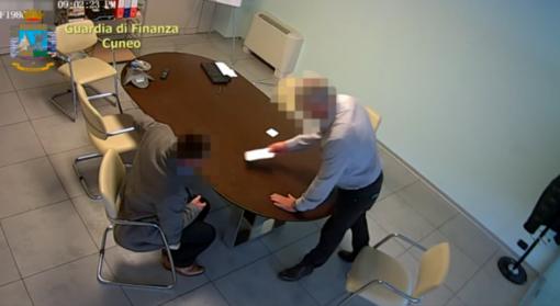 """Direttore dei lavori """"pinzato"""" con 8mila euro, lo scambio della mazzetta nelle immagini della Guardia di Finanza (VIDEO)"""