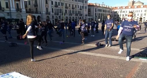 """Cuneo, gli sportivi manifestano in piazza Galimberti: """"Il movimento è salute"""" (VIDEO)"""