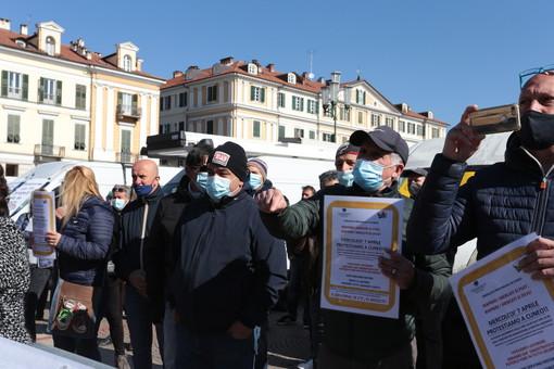 """Protesta degli ambulanti a Cuneo: """"Basta, ci facciano lavorare. Vorremmo vedere un politico vivere con quello che ci hanno dato"""" [VIDEO E FOTO]"""