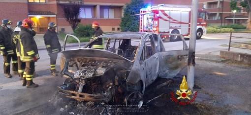 Incendio auto a Carrù e vettura fuori strada a Sommariva del Bosco
