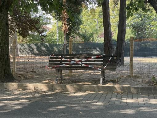 La panchina dove è stato ritrovato il senzatetto deceduto