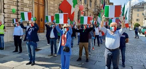 Fratelli d'Italia scende in piazza nel giorno della Festa della Repubblica: manifestazione a Cuneo davanti alla Prefettura (FOTO)