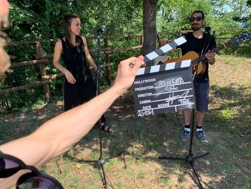 Il musicista Roncea durante le riprese a Vezza d'Alba