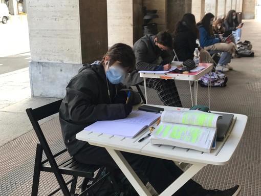 Sei gli studenti che fanno didattica a distanza davanti al liceo scientifico di Cuneo
