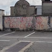 Le scritte no vax al cimitero di frazione Spinetta di Cuneo