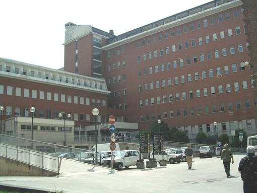 I contagi galoppano e riempiono i reparti Covid degli ospedali, da Cuneo a Savigliano