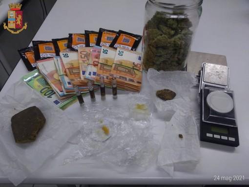I soldi e le sostanze stupefacenti sequestrati dalla Polizia di Stato a Piasco