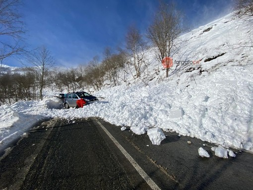 Slavina sulla Provinciale per Pian Munè di Paesana travolge un'auto: salvi gli occupanti