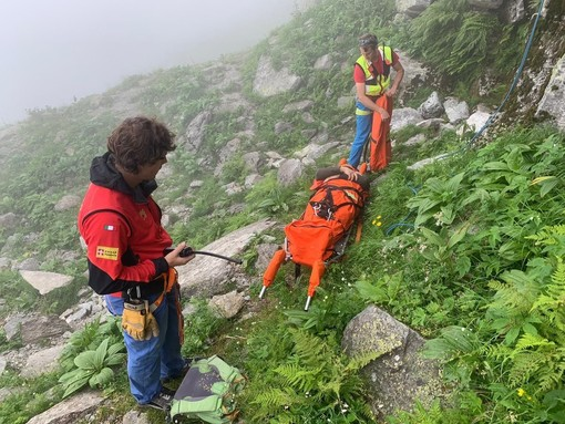 Si frattura le gambe salendo alla Punta Ostanetta sopra Bagnolo Piemonte, recuperato dal soccorso alpino
