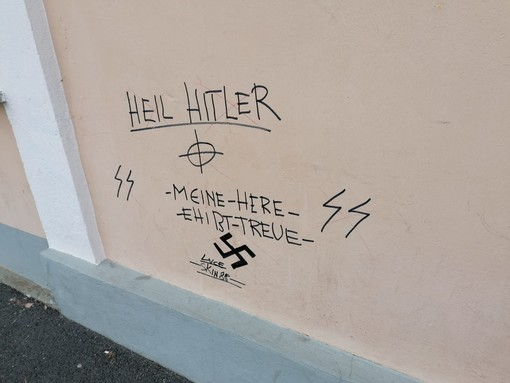 Alba, alla stazione ferroviaria del Mussotto scritta inneggia a Hitler e alle SS