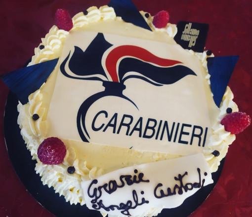 """""""Grazie angeli custodi"""": una torta ai carabinieri che l'hanno salvata dal suicidio"""