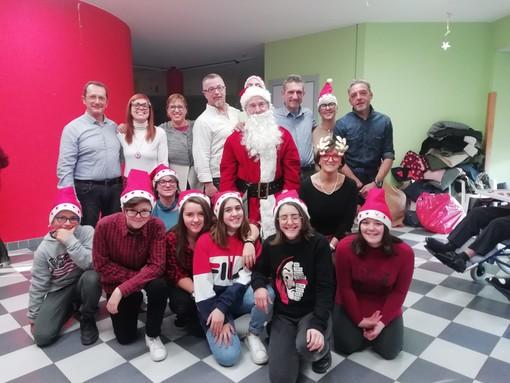 Il Comitato di quartiere Oltreferrovia con i ragazzi dell'Istituto Salesiano in visita agli ospiti della casa Cottolengo di Bra