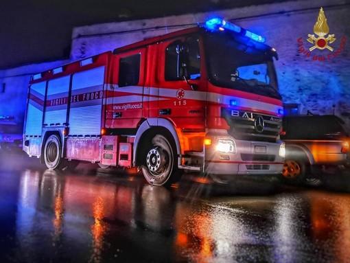Incendio a un tetto in zona industriale ad Alba, intervengono i vigili del fuoco albesi e braidesi