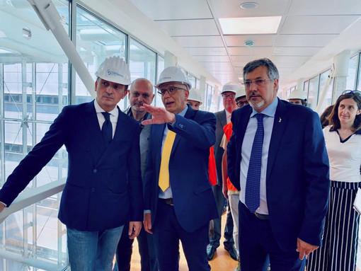 Il direttore generale dell'Asl Cn2 Massimo Veglio mostra la nuova struttura di Verduno al governatore Cirio e all'assessore regionale Luigi Icardi