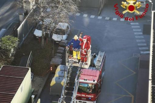 L'autoscala dei vigili del fuoco porta Babbo Natale al reparto pediatrico del Santa Croce per consegnare i doni ai bambini