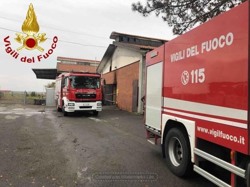 Incendio a un capannone a Monasterolo Savigliano: sul posto diverse squadre dei vigili del fuoco